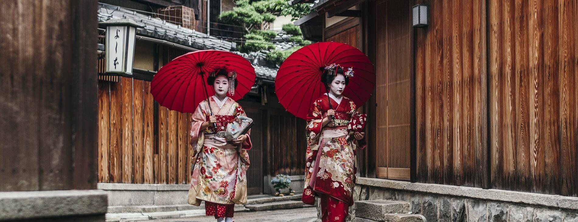 mastroviaggiatore-kyoto-Maiko geisha walking on a street of Gion in Kyoto second